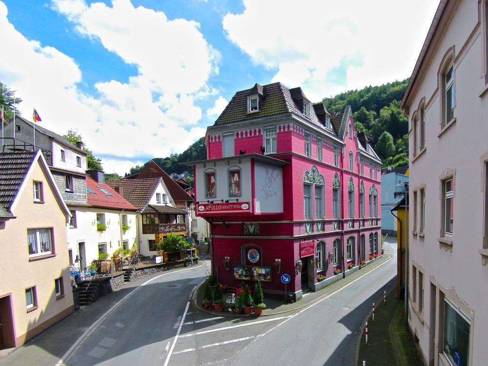 Rotes Haus an einer Straßengabelung