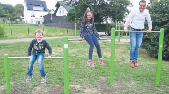 E-KOMM sponsert Sportgeräte für die Herscheider Dorfwiesen