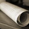 Zusammengerolltes Dokument auf einem Tisch