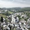 Luftaufnahme einer Kirche in einem kleinen Ort